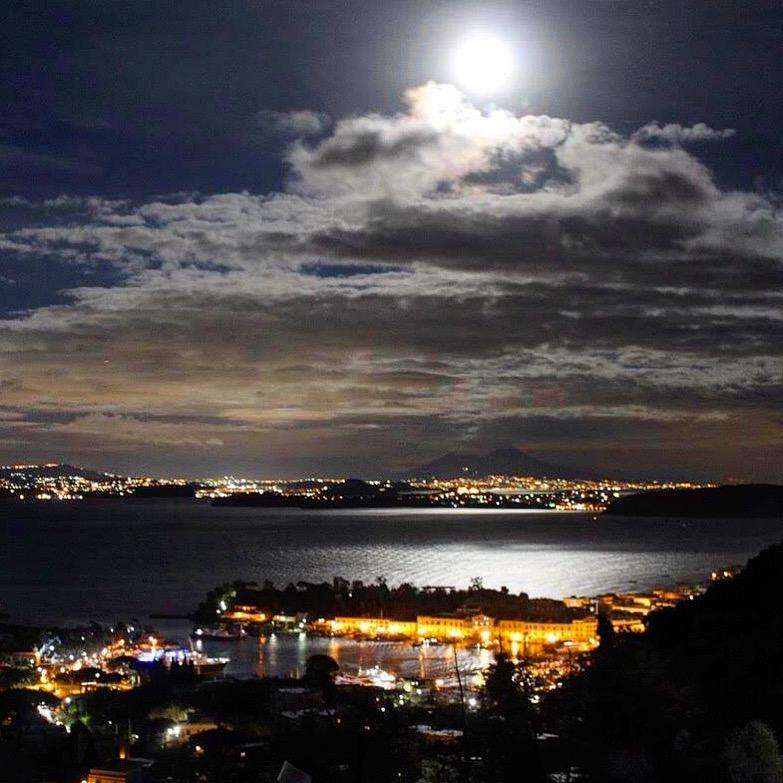 Luna Su Ischia E Golfo Di Napoli Youreporter